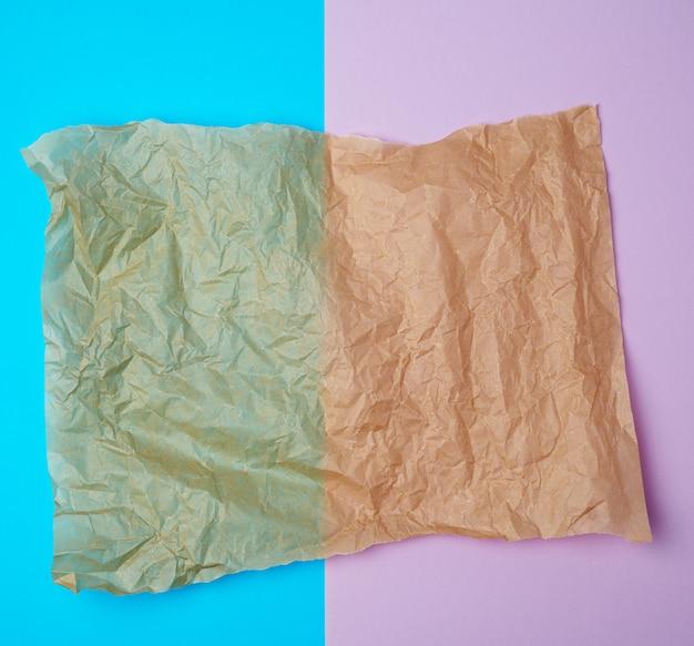 Разорванные коричневые кусочки пергаментной бумаги