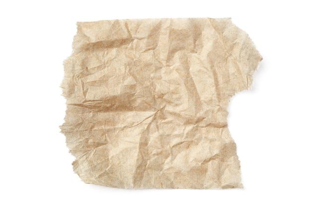 Разорванный мятый бежевый бумажный лист, изолированные на белом фоне