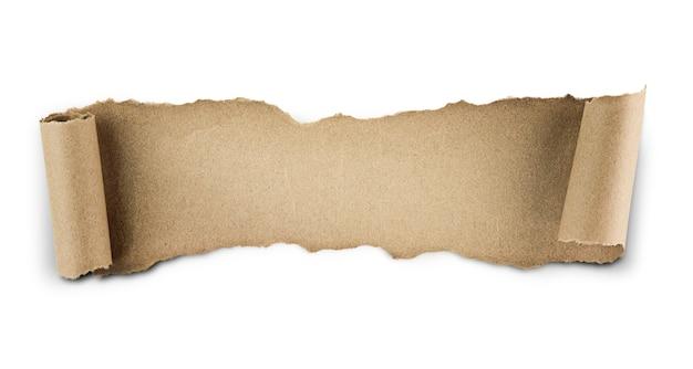 가장자리가 구부러진 찢어진 크라프트 지. 흰 벽에 절연
