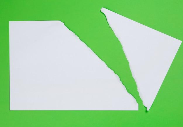 Рваная бумага на зеленом фоне