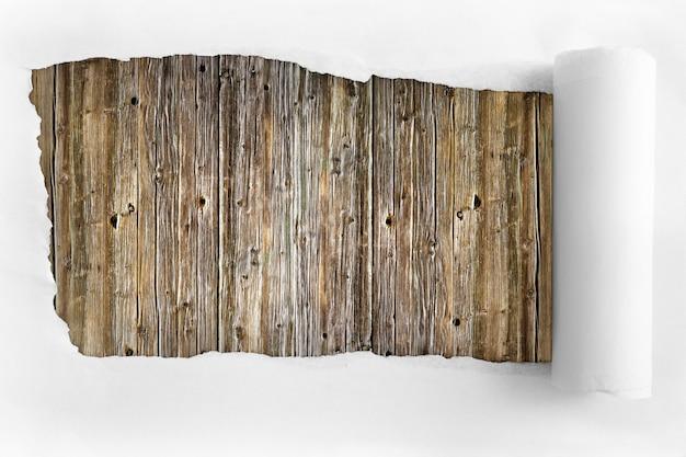 木の背景に破れた紙
