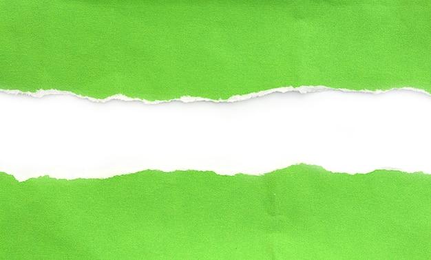 흰색 바탕에 찢어진 종이