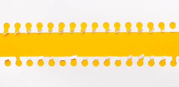テキストやイラストのコピースペースと黄色の背景に破れた紙片。レンプレート