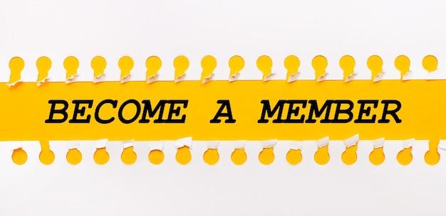 Разорванная бумажная полоска на желтом фоне с текстом стать членом