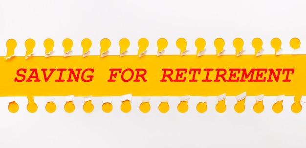 Разорванная бумажная полоска на желтом фоне с текстом «экономия на увольнение»