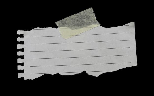 접착 테이프가 있는 찢어진 종이와 작업에 디자인을 위한 복사 공간이 있습니다