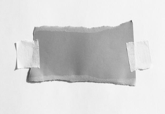 あなたのメッセージのための粘着テープスペースで破れた紙