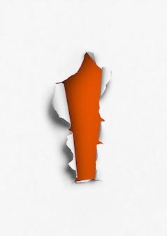 オレンジ色の穴のある破れた紙。