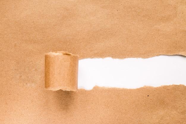 Сорванная бумага с космосом для текста с белой предпосылкой.