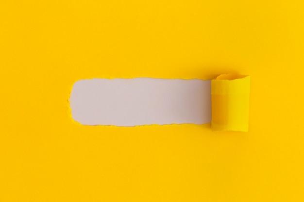 Рваная бумага с пространством для текста на белом фоне