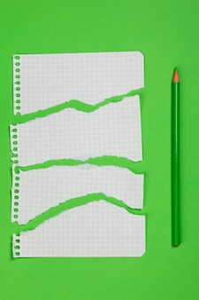 Рваные кусочки клетчатой бумаги