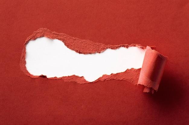 텍스트를위한 공간으로 찢어진 된 붉은 종이 가까이