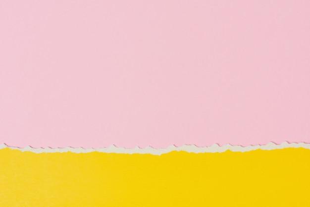 Разорванный рваный край бумаги с копией пространства, розовый и желтый цвет