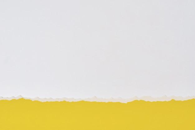 Разорванный край бумаги с копией пространства, белый и желтый цвет