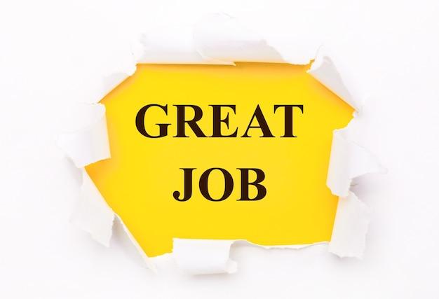 Рваная белая бумага лежит на ярко-желтом фоне с надписью great job.