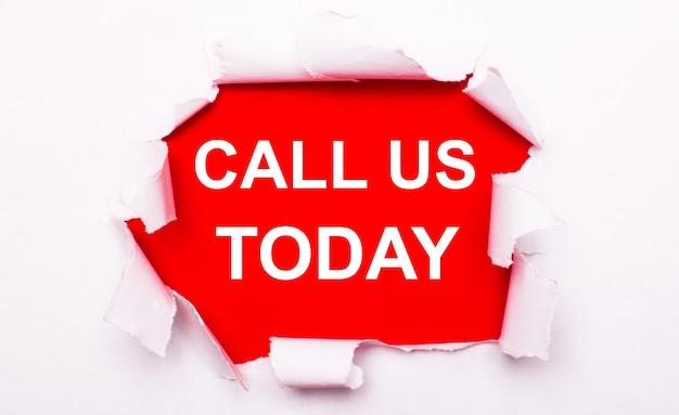 찢어진 흰 종이는 빨간색 배경에 놓여 있습니다. 빨간색에서 텍스트는 흰색입니다. call us today