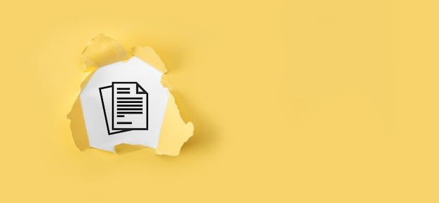 白い背景の上のドキュメントで破れた黄色い紙。ドキュメント管理データシステムビジネスインターネット技術の概念。企業データ管理システムdms。