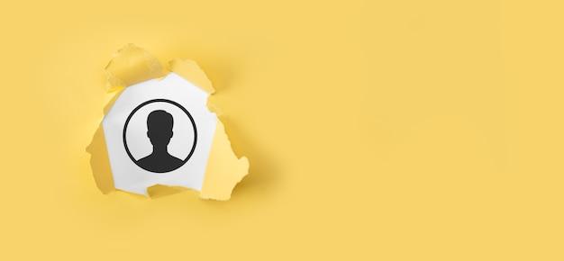 사용자 아이콘으로 찢어진 된 노란색 종이입니다. 인터넷 아이콘 인터페이스 전경. 글로벌 네트워크 미디어 개념, 가상 화면에 문의, 복사 공간.