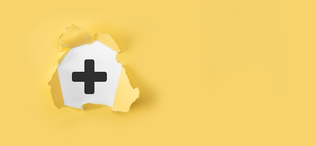 더하기, 제공, 흰색 바탕에 유리한 아이콘 찢어진 된 노란색 종이. 더하기 기호 가상 혜택, 개인 개발, 소셜 네트워크 이익, 건강 보험과 같은 긍정적 인 것을 제공하는 것을 의미합니다.