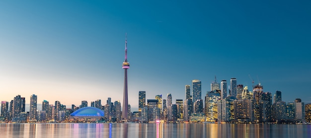 Горизонты города торонто ночью, онтарио, канада
