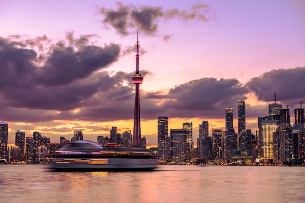 夜、オンタリオ州、カナダのトロント市のスカイライン