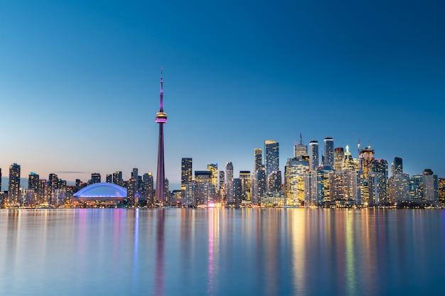 夜、カナダのオンタリオ州トロントの街のスカイライン