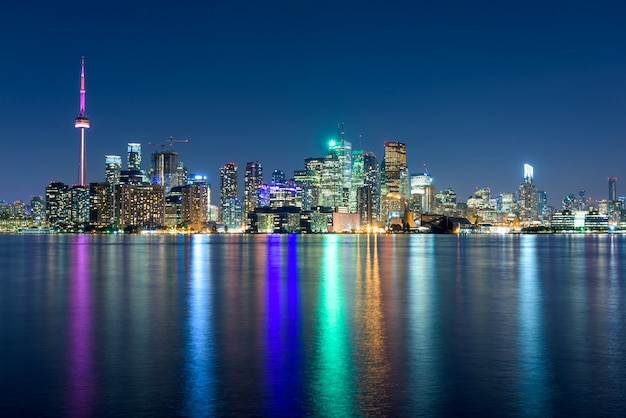 夜、オンタリオ州、カナダのトロントの街のスカイライン