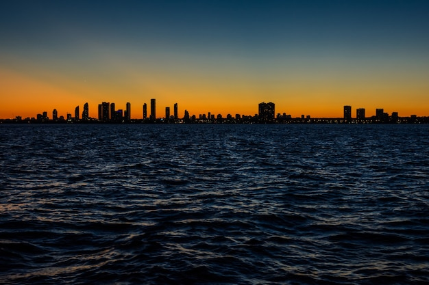 Горизонт торонто на закате. вид на вечерний город
