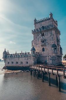 강이있는 포르투갈의 토레 드 벨렘