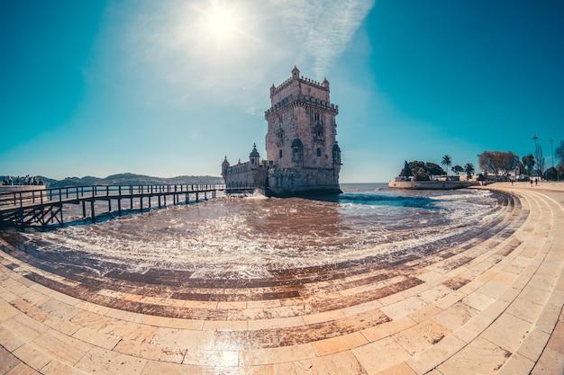 Торре-де-белем в португалии с рекой