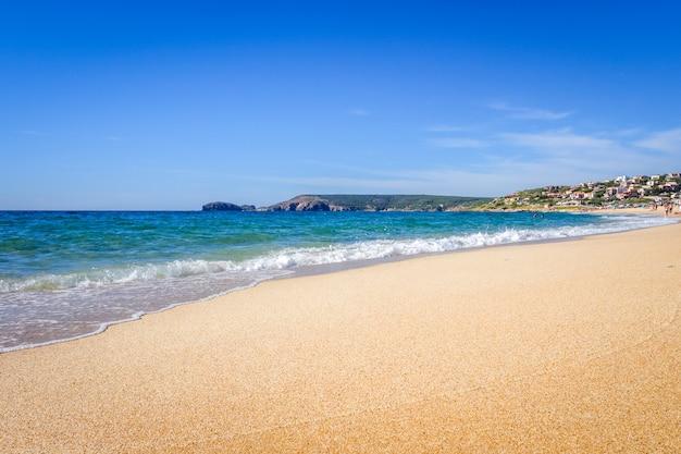 Пляж торре-дей-корсари на сардинии, италия
