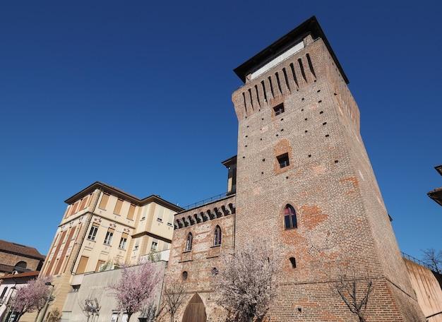 Средневековая башня и замок торре медиевале в сеттимо-торинезе, италия