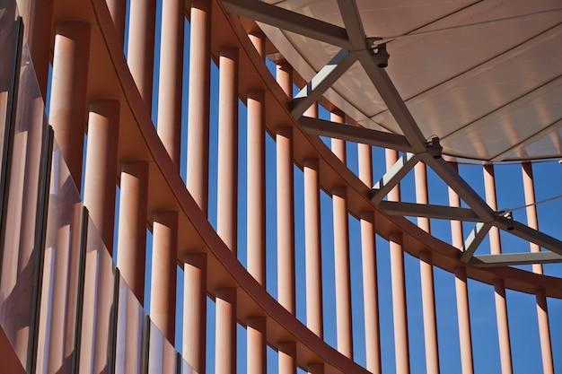 市内で最も高いビル、トーレセビリアまたはトーレペリ(セビリアタワーまたはペリタワー)。上部の鉄構造(グリッド)の詳細。
