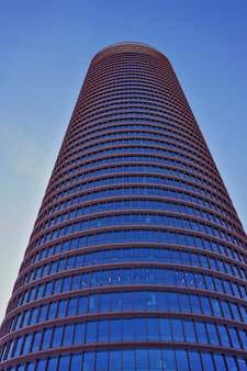 市内で最も高いビル、トーレセビリアまたはトーレペリ(セビリアタワーまたはペリタワー)。晴れた日に下からの眺め。