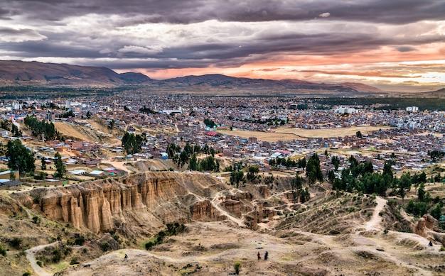 페루의 토레 토레 암석과 huancayo의 스카이 라인