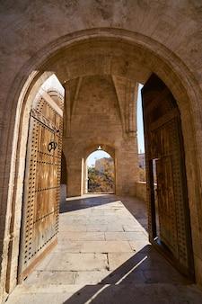 バレンシアのtorres de serranoの塔のアーチ
