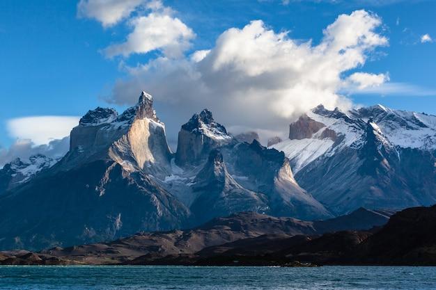 Национальный парк торрес-дель-пайне. горы куэрнос озеро пехо