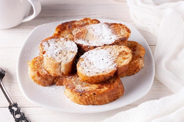 하얀 접시에 있는 토리호스 스페인 음식