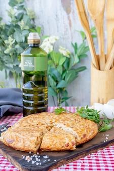 Тортилья де фидео по-испански или омлет с лапшой, порционированный на деревянной доске. нормальный вид. вертикальный снимок. крупный план.