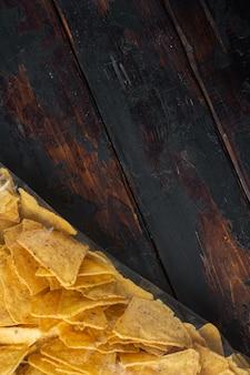 トルティーヤメキシカンナチョスチップスのビニール袋、古い木製のテーブル、上面図、またはフラットレイ