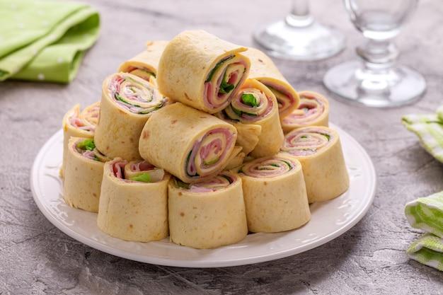 Ролл из тортильи с ветчиной, сливочным сыром и листьями салата