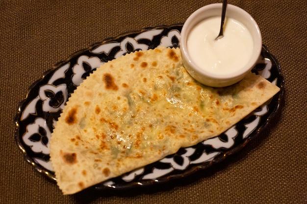 Тортилья с сыром и соусом сырный пирог с коричневатой корочкой или итальянская пицца quatro formaggi грузинские хачапури