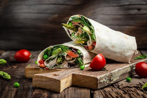 鶏肉と新鮮な野菜のトルティーヤアスパラガス、アボカド、トマト、エンドウ豆、チーズ、タルタル