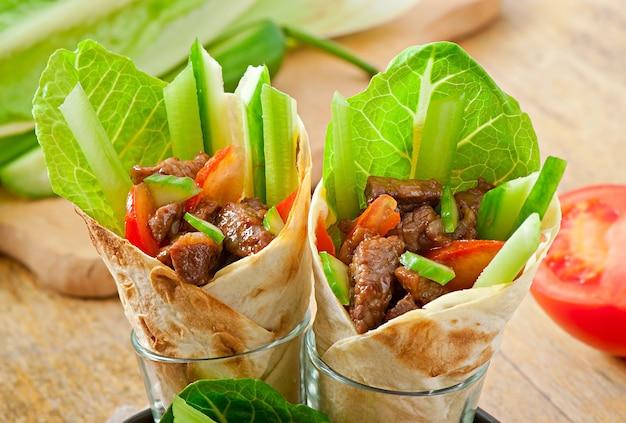 肉と新鮮な野菜のトルティーヤラップ