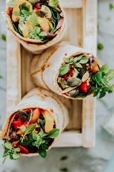 トルティーヤはロースト野菜とモッツァレラチーズのフードフォトグラフィーで包みます