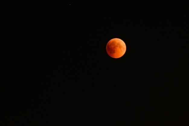 Полное затмение, показывающее кровавую луну. середина фазы полного лунного затмения 27-28 июля 2018 года в ульяновске, россия.