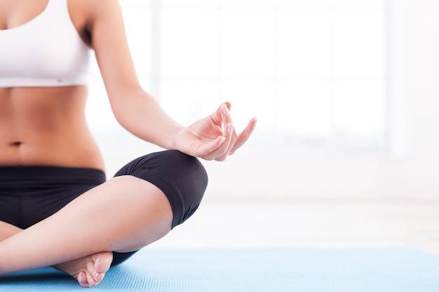 Полное расслабление. обрезанное изображение женщин, медитирующих, сидя в позе лотоса