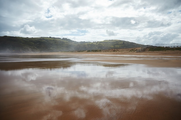 Spiaggia del surfista dell'oceano completamente vuota al mattino