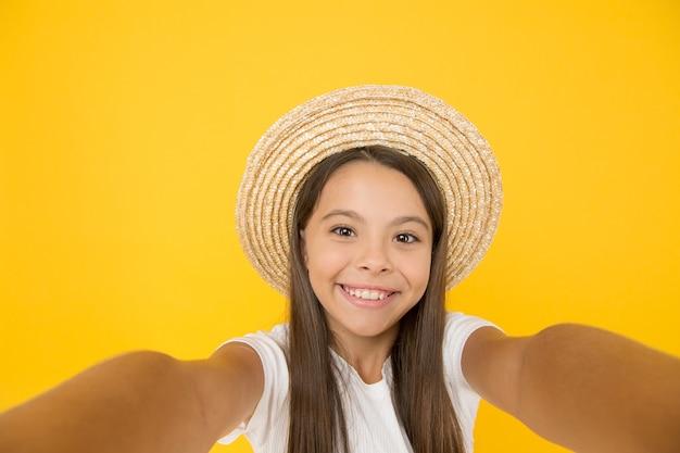 완전히 무료입니다. 하와이 여행. 알로하. 히스패닉 복고풍 아이. 그녀는 빈티지를 좋아합니다. 십 대 소녀 여름 패션입니다. 밀짚 모자에 작은 아름다움. 아이들을 위한 해변 스타일. 행복한 여름방학. 긴장을 풀고 즐기십시오.