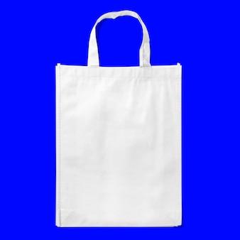 토트 백 패브릭 천 쇼핑 자루 모형은 파란색 배경에 고립입니다.